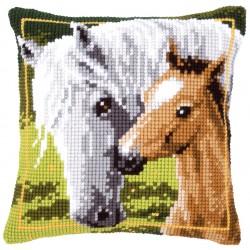 Valkoinen hevonen ja varsa...
